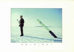 Mies seisoo meren jäällä